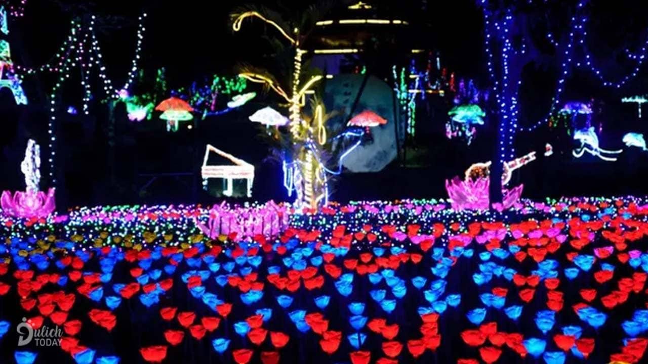 Khu vườn hoa hồng được làm hoàn toàn bằng đèn LED tỏa sáng lung linh trong đêm