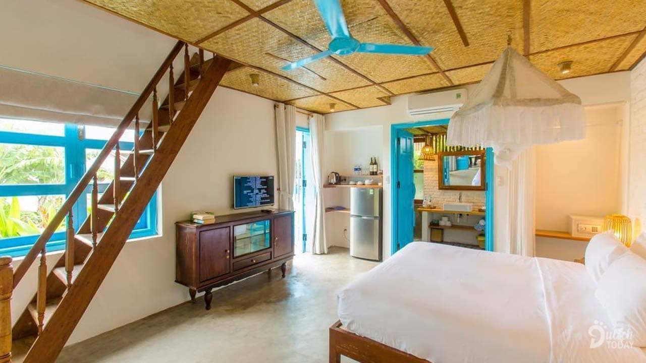 Suite 2 phòng ngủ có kích thước 70m2 với đầy đủ tiện nghi và tone màu xanh-trắng chủ đạo