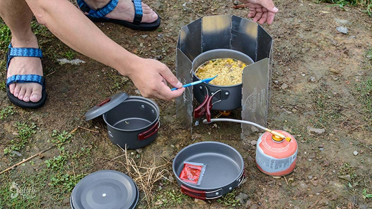 Tấm chắn gió là dụng cụ cắm trại hữu ích khi nấu ăn, đặc biệt là với vùng núi hoặc biển nhiều gió