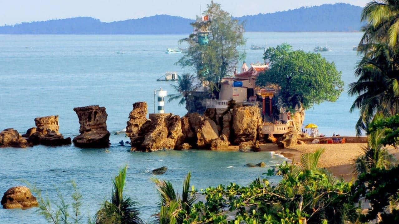 Đền thờ và hải đăng Dinh Cậu trên đảo Phú Quốc