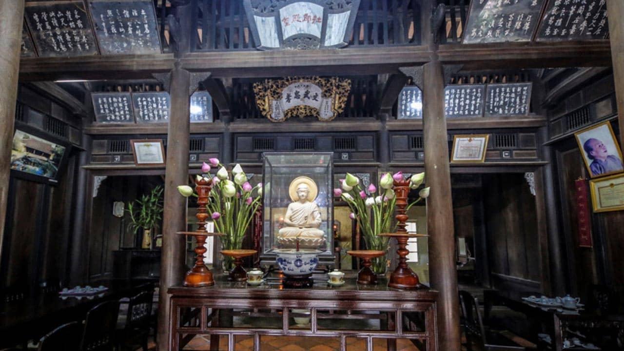Nhà chủ yếu làm bằng gỗ, được chạm trổ hoa văn tinh xảo