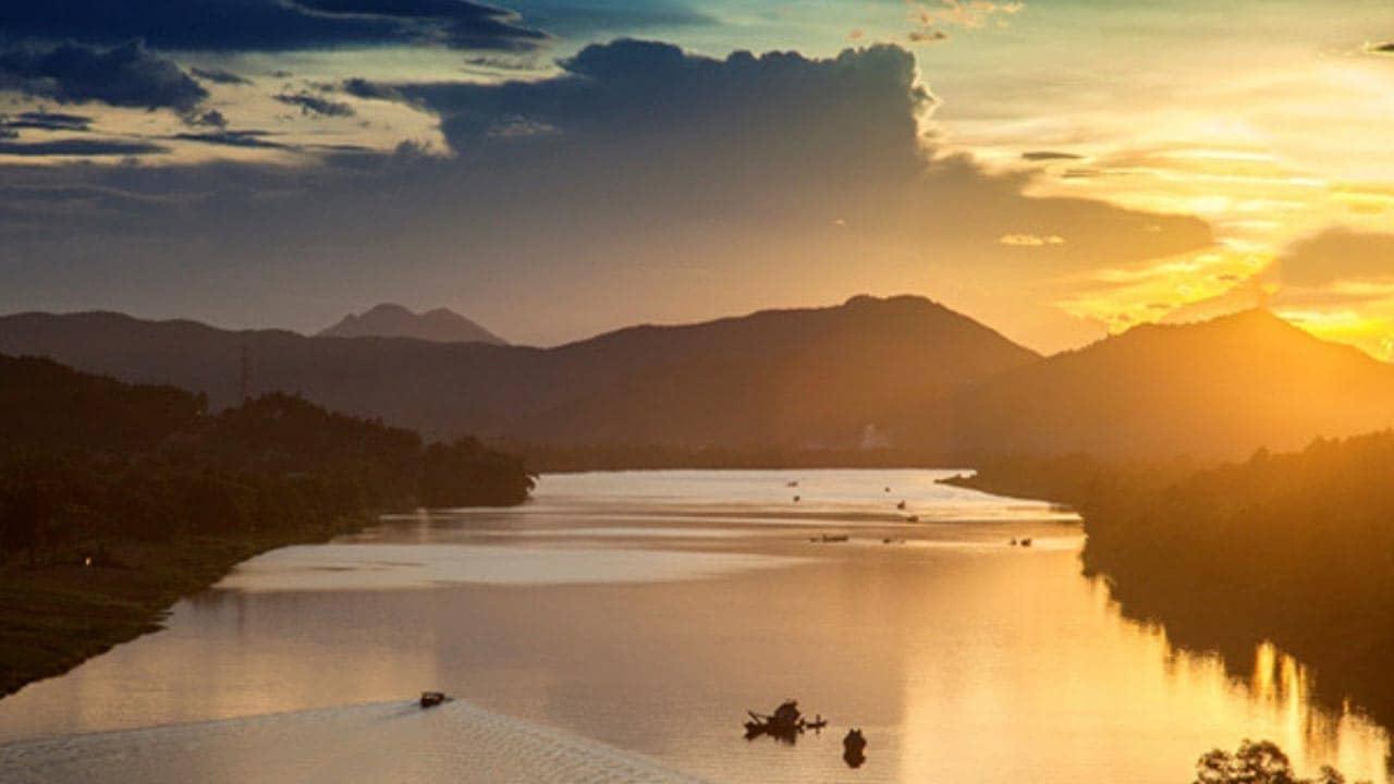 Ngắm cảnh hoàng hôn trên sông Hương từ núi Ngự