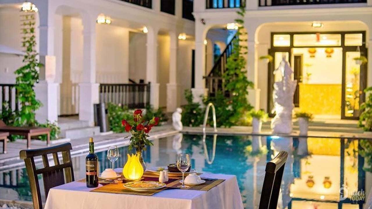 Bữa tối lãng mạn bên hồ bơi thích hợp với các cặp đôi