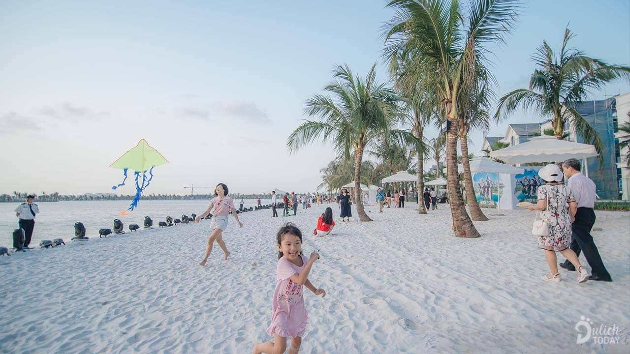 Bờ cát tráng rộng, hàng cây dừa và làn nước trong xanh mang đến trải nghiệm tắm biển giữa lòng thành phố