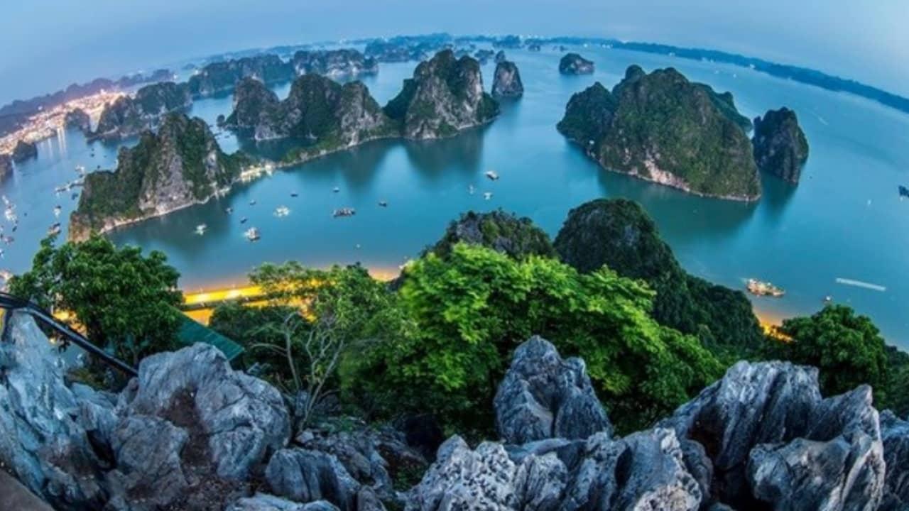 Vẻ đẹp của vịnh Hạ Long nhìn từ núi Bài Thơ