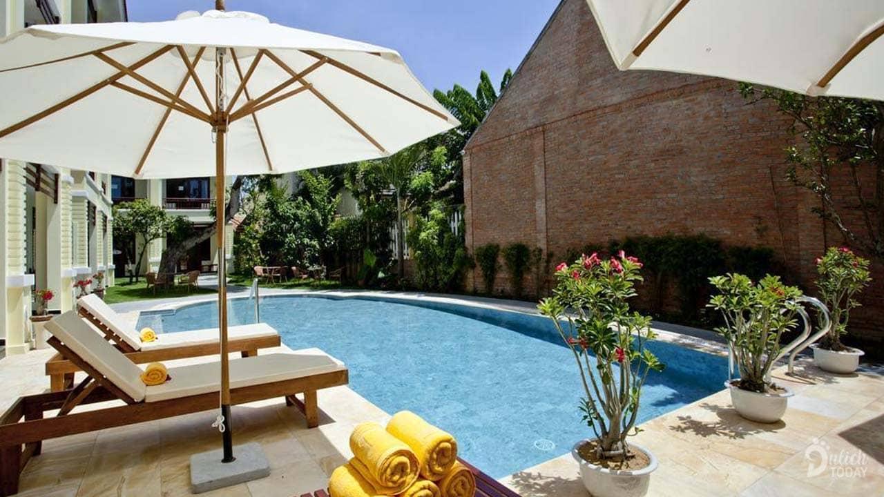 Quý khách có thể thư giãn ngâm mình trong làn nước xanh mát của hồ bơi hoặc nằm trên ghế dài hòa mình giữa không khí trong lành của thiên nhiên