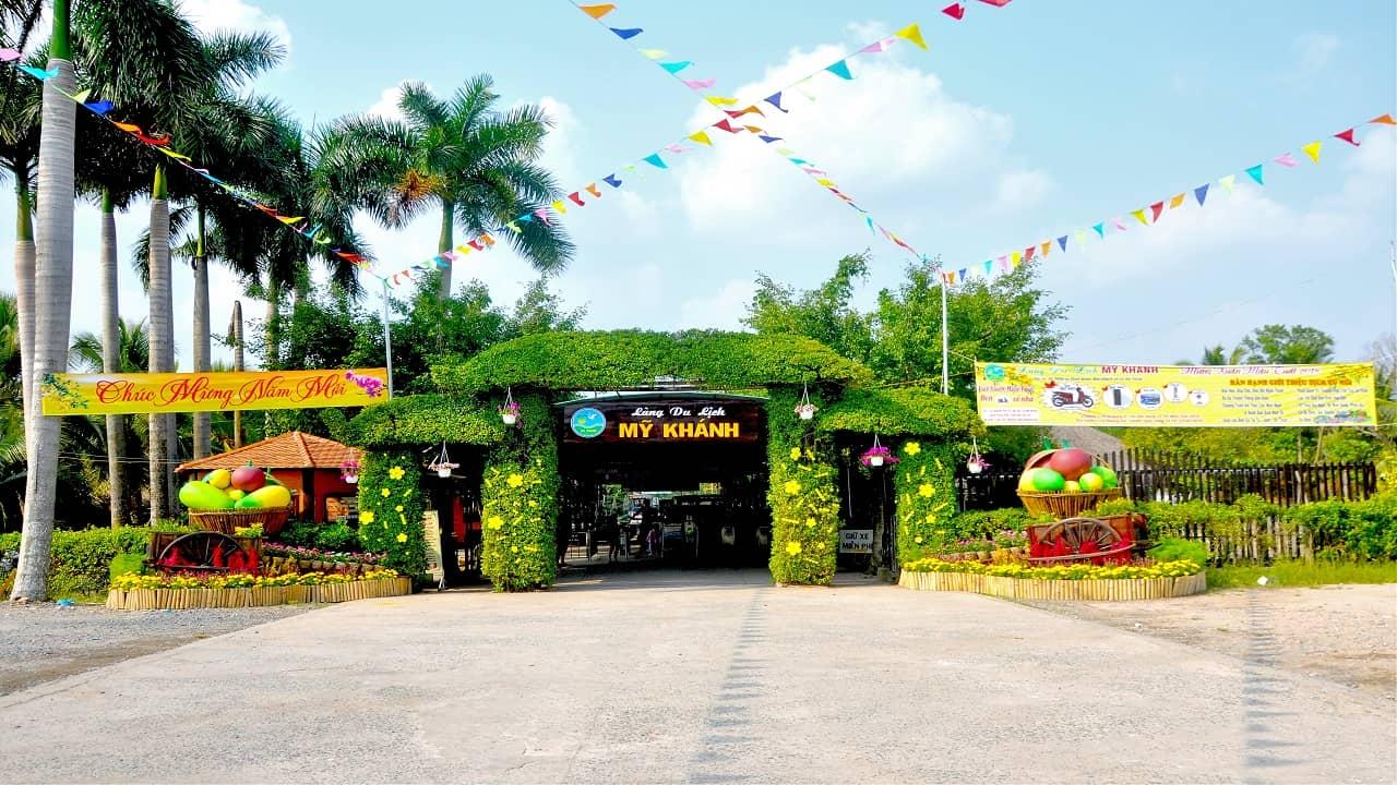 Cổng vào làng du lịch Mỹ Khánh