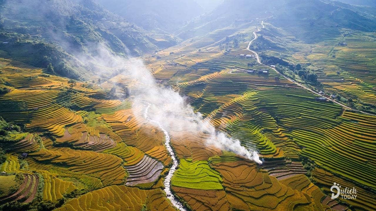 Hãy đến với Mù Căng Chải tháng 9, để thấy vàng rực một màu lúa, để chìm đắm trong những lễ hội mừng tết độc lập của người dân nơi rẻo cao.