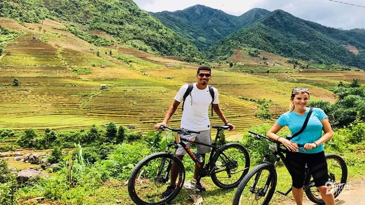 Du khách tại Eco Palm House đạp xe khám phá Sapa
