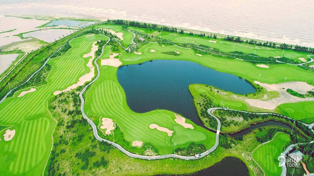 Sân golf 18 lỗ chuẩn quốc tế nằm bên bờ biển thuộc quần thể nghỉ dưỡng FLC Sầm Sơn sẽ là nơi diễn ra vòng chung kết giải đấu