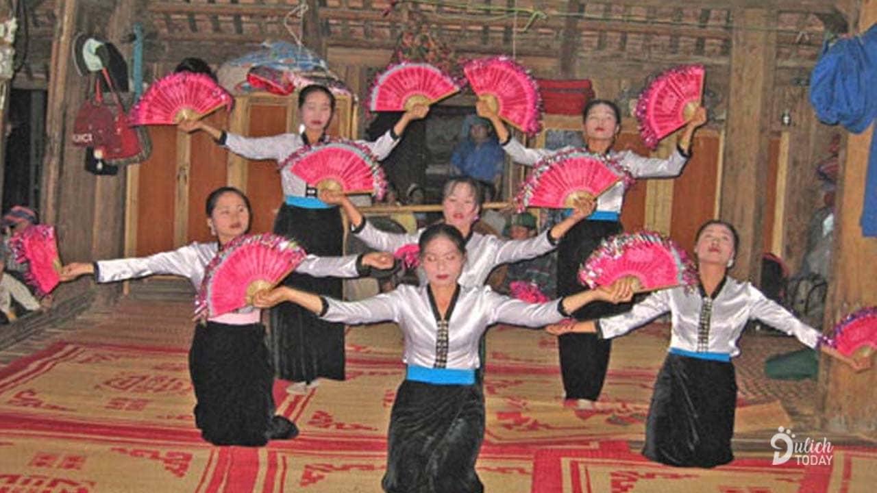 Tiết mục giao lưu văn nghệ ở homestay Thơ Hà Pù Luông