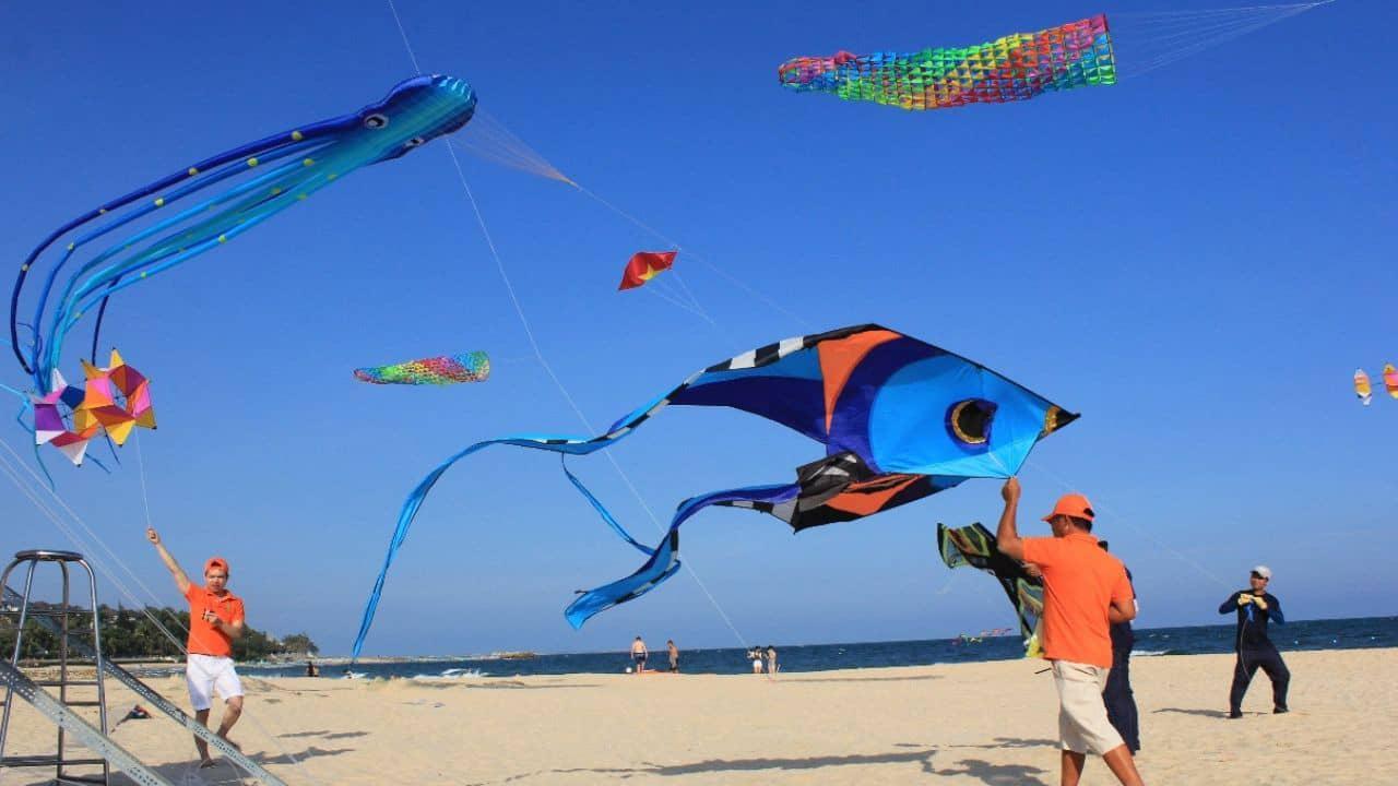 Lễ hội Diều được tổ chức hàng năm trên bãi biển