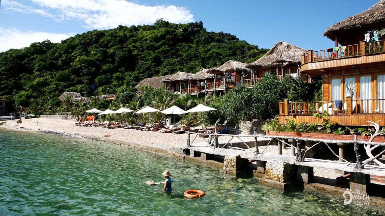 Những căn bungalow nằm bên bờ biển với tầm nhìn hướng thẳng ra vịnh Lan Hạ