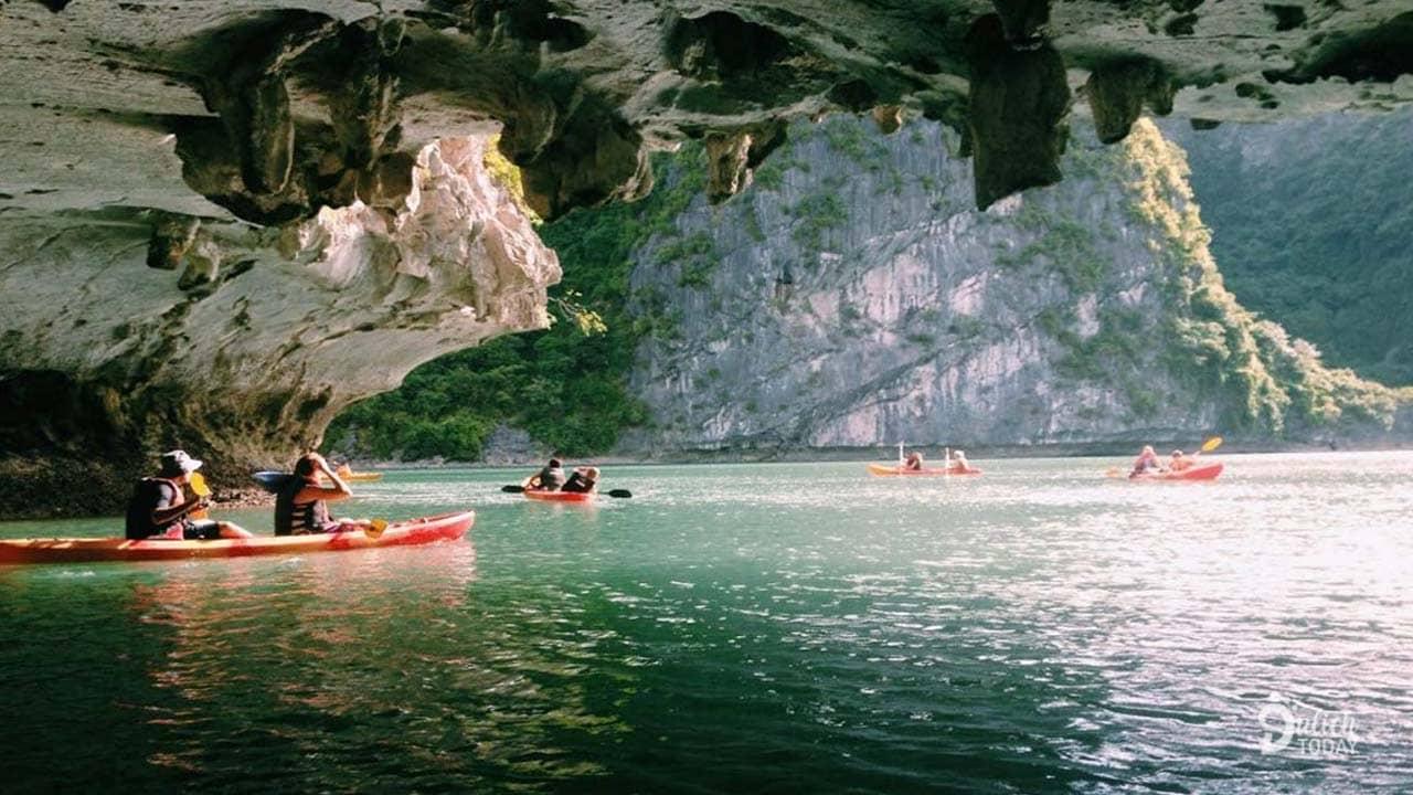 Chèo thuyền kayak khám phá những hang động dưới nước ở vịnh Lan Hạ