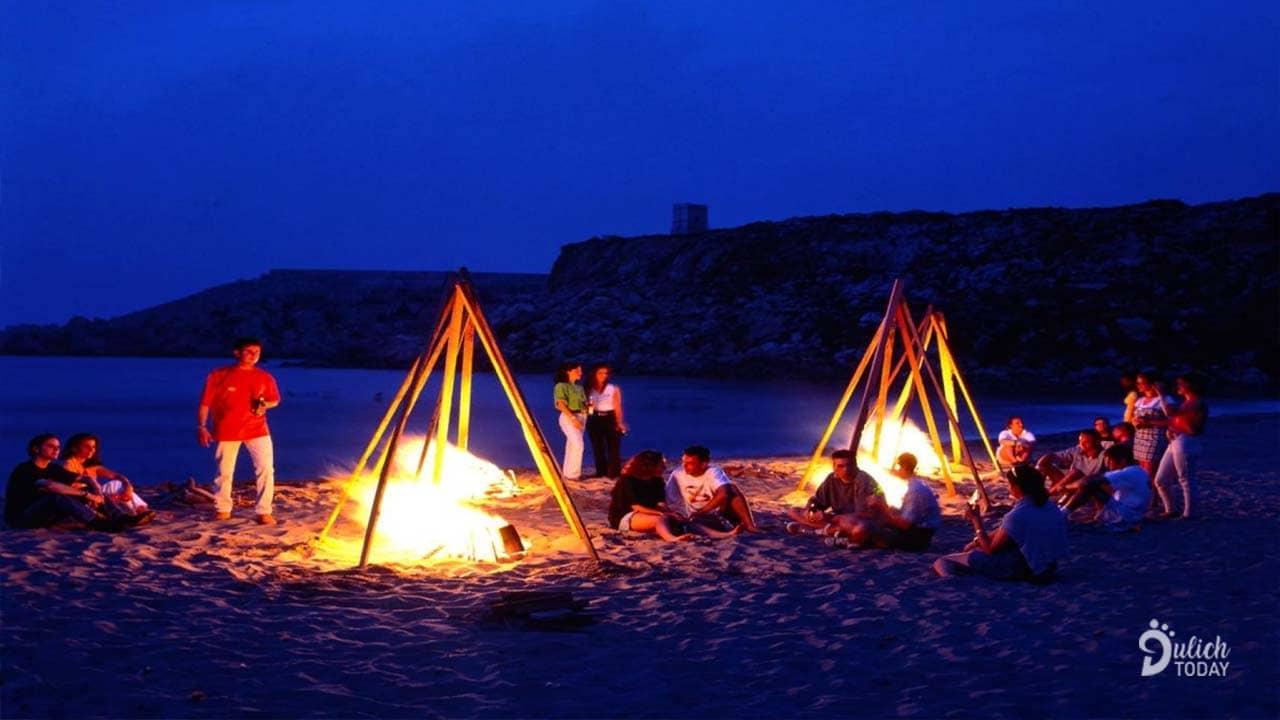 Du khách quây quần quanh lửa trại trên bãi biển Kỳ Nam Resort Cần Giờ
