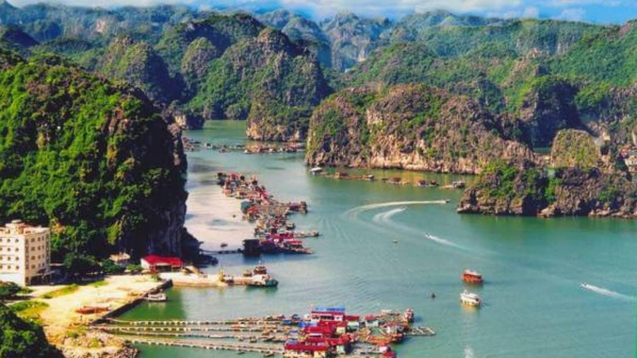 Bến tàu trung tâm Cát Bà- địa điểm thuê tàu thăm vịnh Lan Hạ