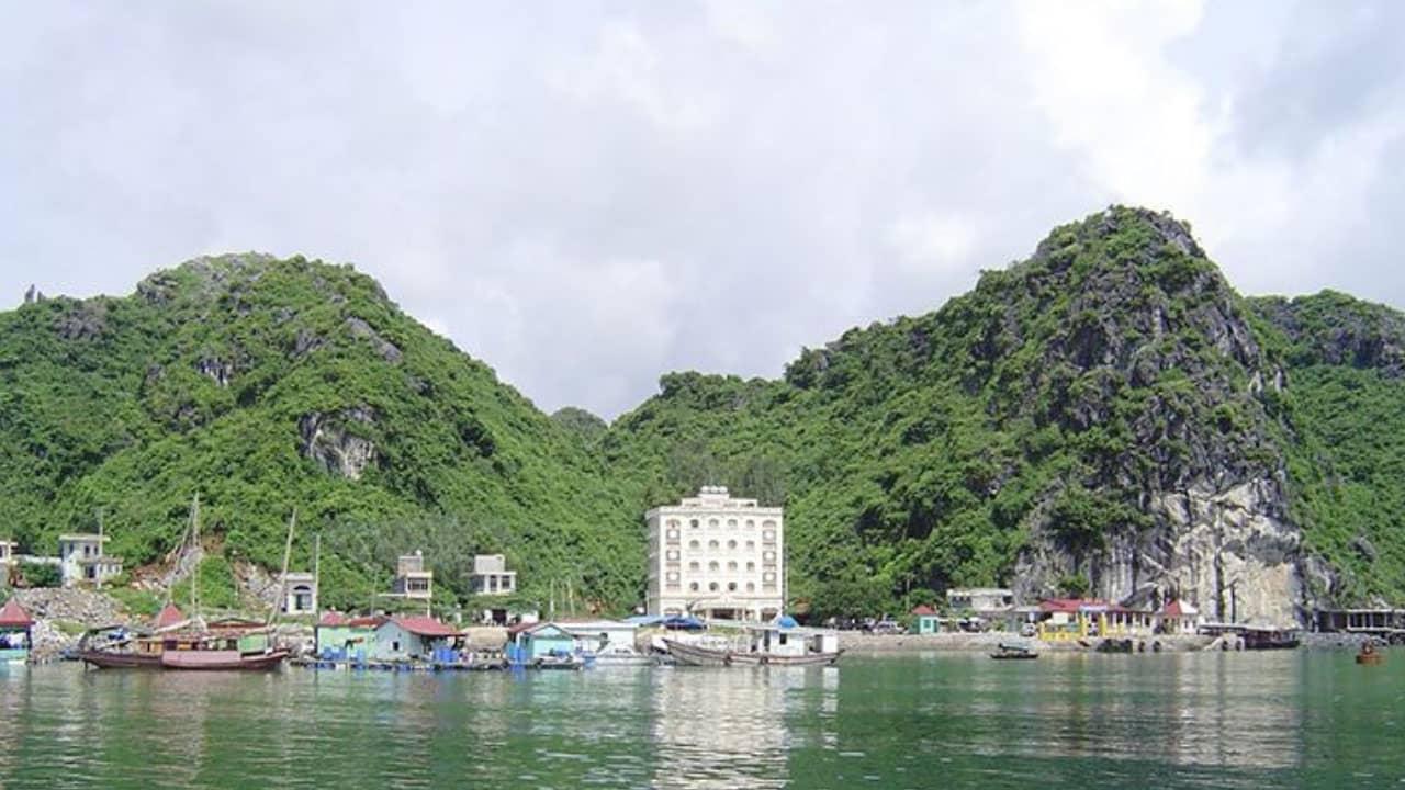 Cảng cái Bèo - địa điểm thuê tàu thăm vịnh Lan Hạ