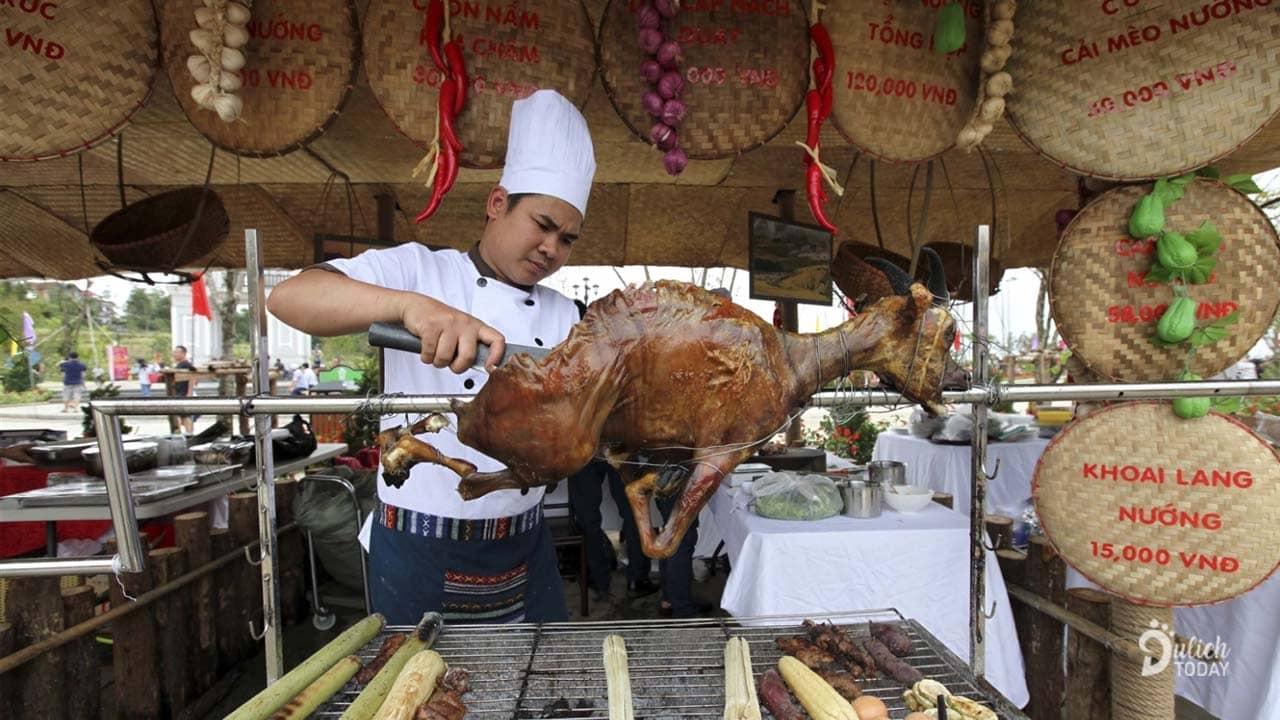 Những món ăn luôn nóng hổi nhìn đã thấy thèm sẵn sàng phục vụ cho du khách tới Lễ hội Ẩm thực Tây Bắc 2019