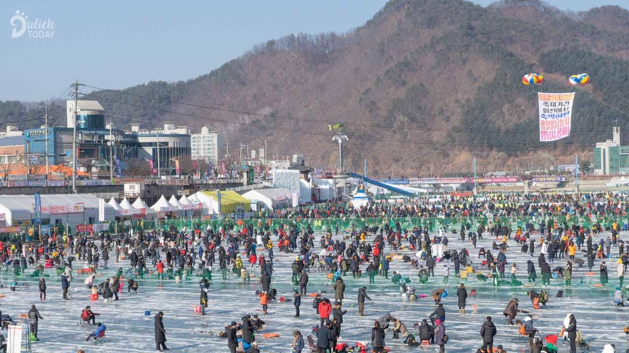 Địa điểm du lịch Hàn Quốc mùa đông - lễ hội câu cá trên băng Hwancheon