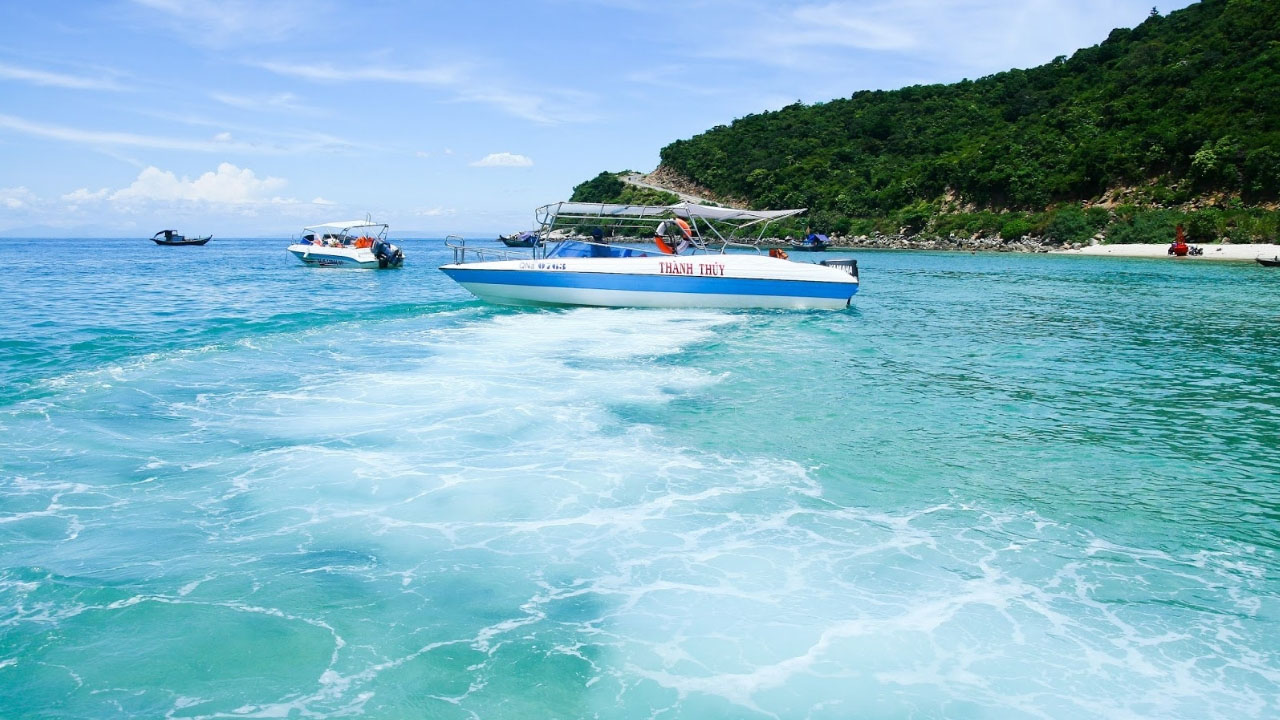 Du khách được di chuyển bằng cano tốc hành để khám phá Cù Lao Chàm