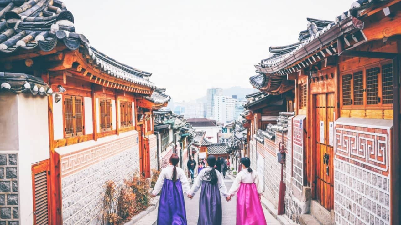 Du khách mặc áo hanbok rồi đứng đây checkin tại làng dân tộc Hanok