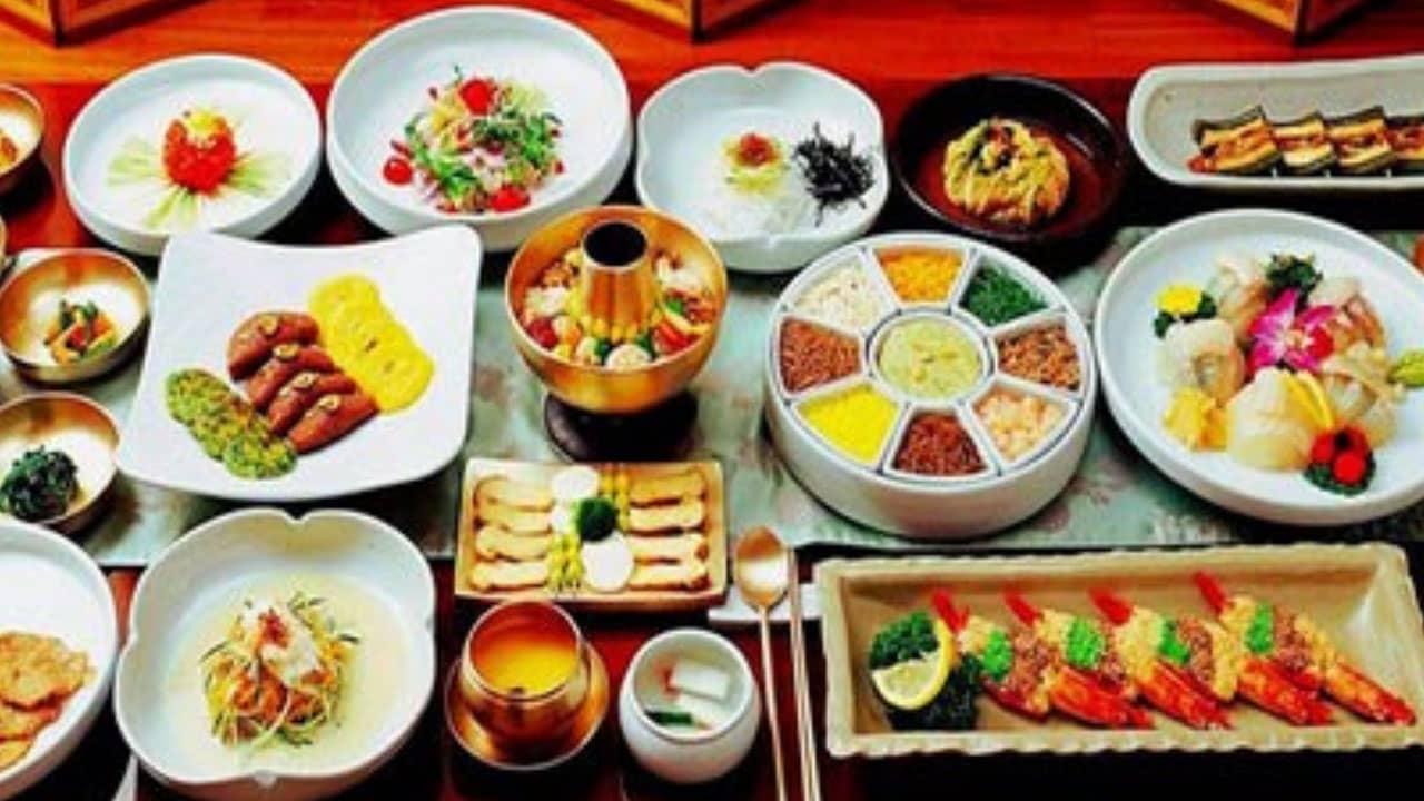 Du khách còn được thưởng thức những món ăn đặc sản được yêu thích nhất tại Hàn trong tour.