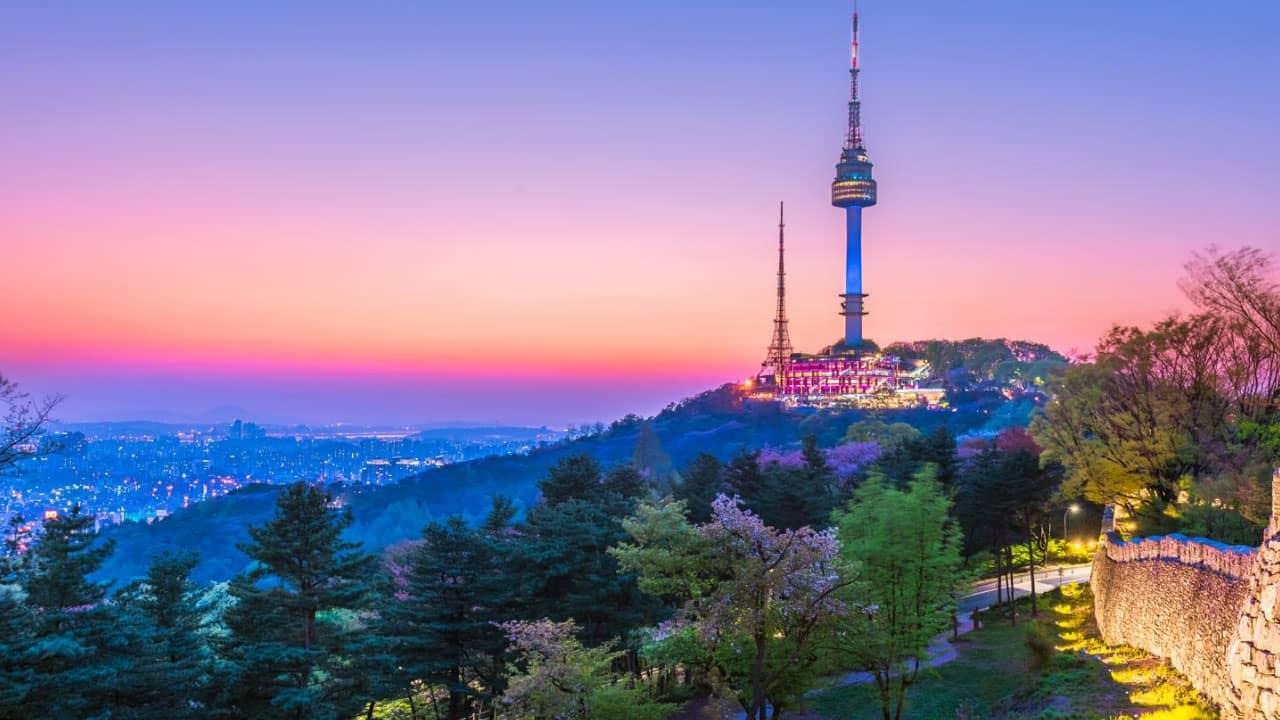 Tháp Namsan, biểu tượng của tình yêu lung linh dưới trời đêm sẽ khiến bạn ấn tượng mạnh