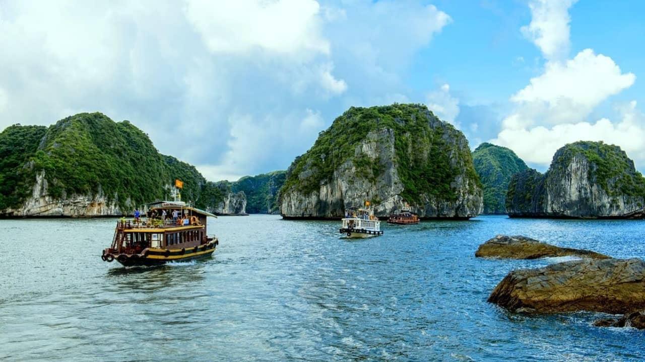Thuyền đưa khách đi tham quan hàng nghìn các đảo lớn nhỏ với đủ các hình dạng khác nhauThuyền đưa khách đi tham quan hàng nghìn các đảo lớn nhỏ với đủ các hình dạng khác nhau