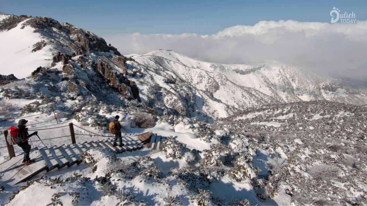 Vườn quốc gia Bukhansan nổi tiếng bởi quan cảnh thiên nhiên rộng lớn và hùng vĩ.