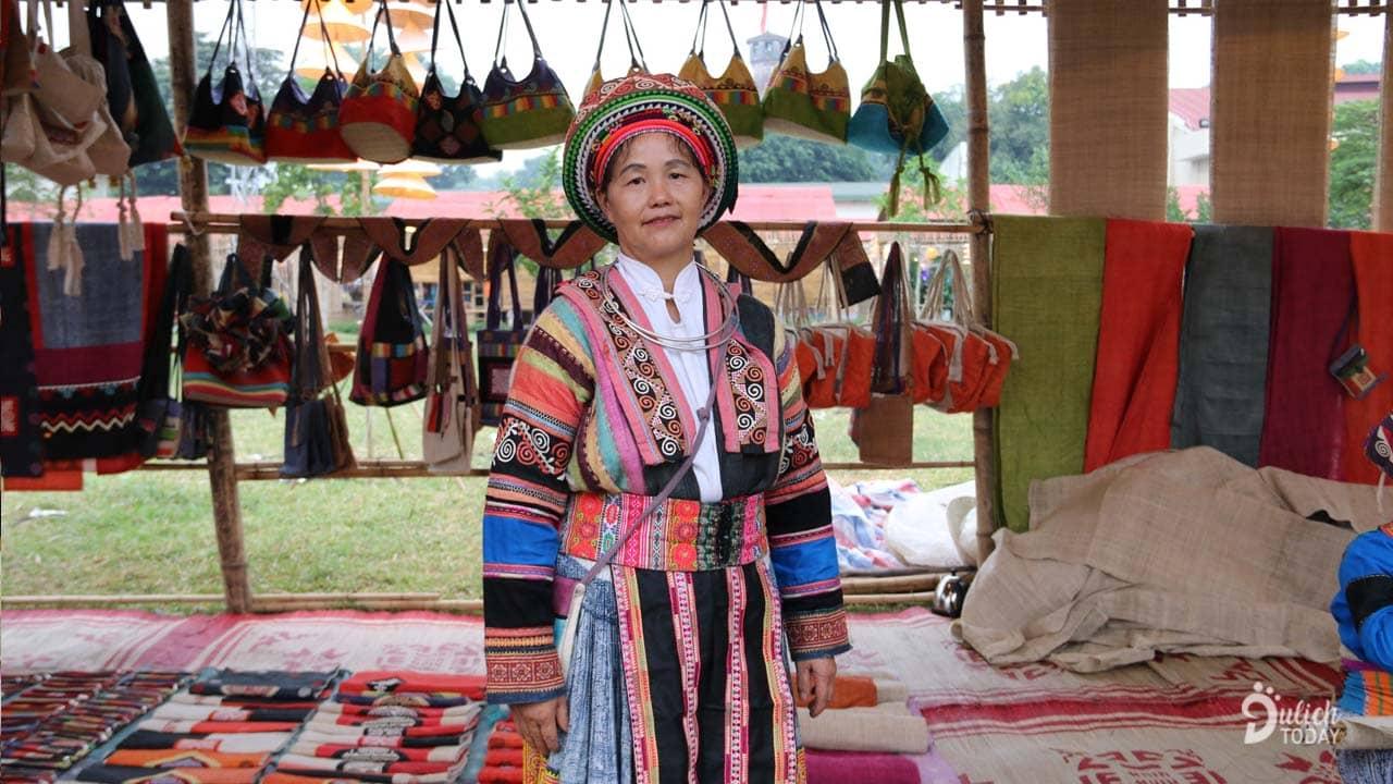 Chủ một sạp đồ dệt thổ cẩm ở làng dệt lanh Lùng Tám huyện Quản Bạ
