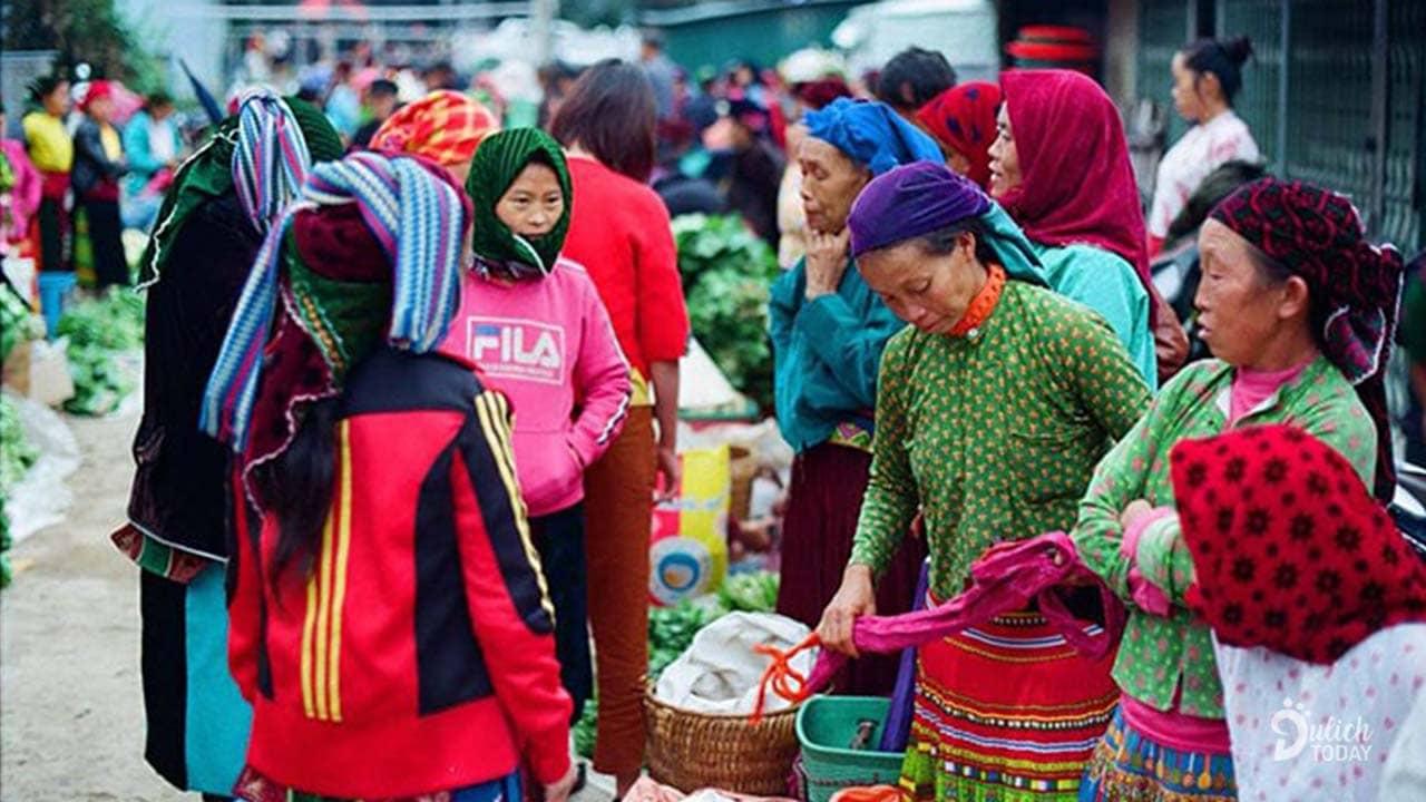 Người đồng bào Hà Giang kéo cả gia đình lên chợ cùng nhau bán đồ