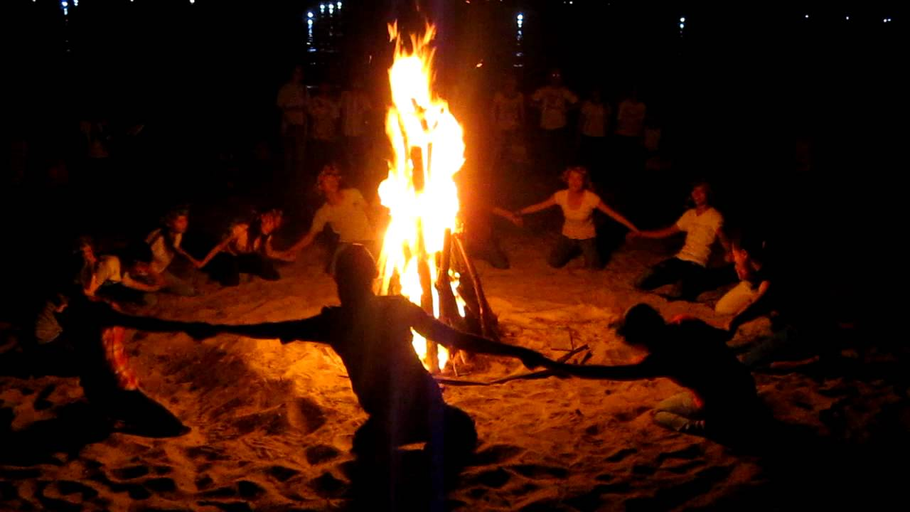 Đốt lửa trại trên biển - trải nghiệm không thể bỏ lỡ trong tour