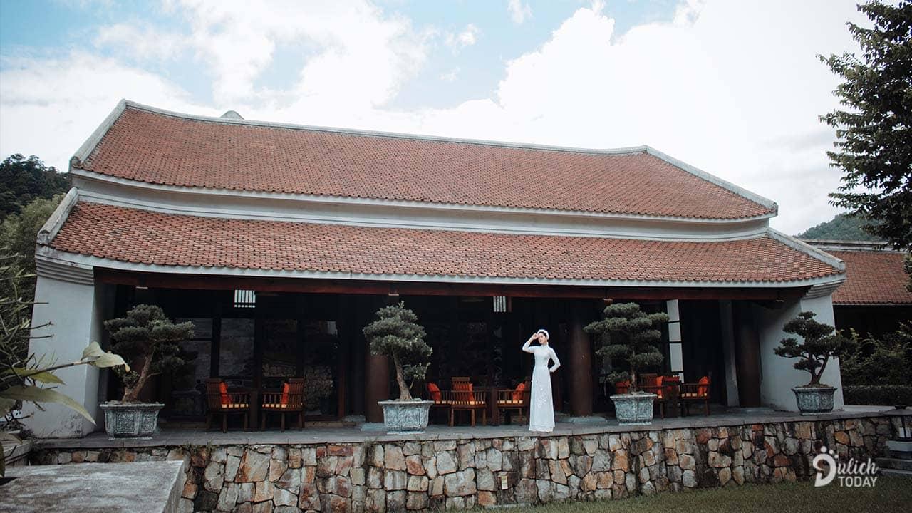 Resort có thiết kế các gian nhà thời Trần cùng những nét văn hóa của thiền phái Trúc Lâm Yên Tử