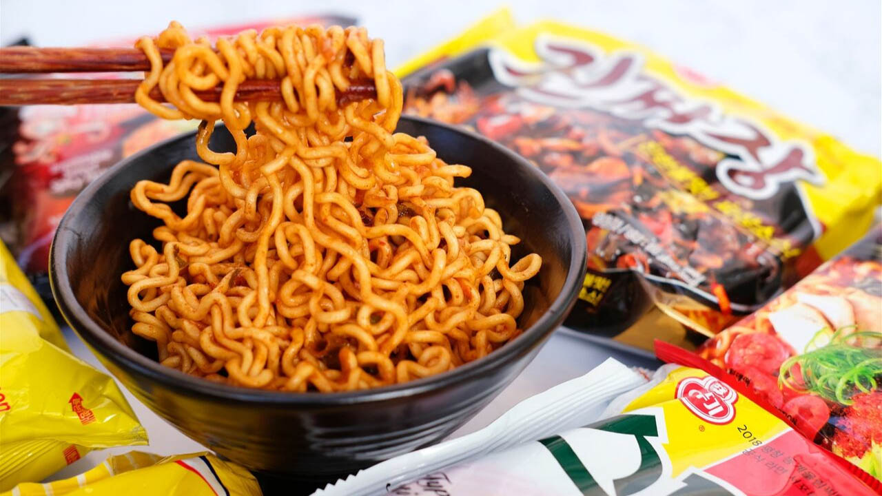 Mì tôm ăn liền là một nét ẩm thực độc đáo của người dân Hàn Quốc.