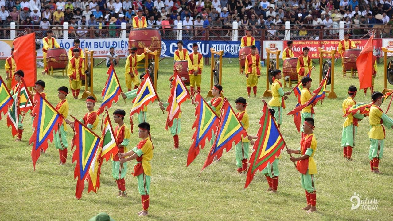 Du khách chiêm ngưỡng nghi thức múa cờ khai hội chọi trâu Đồ Sơn