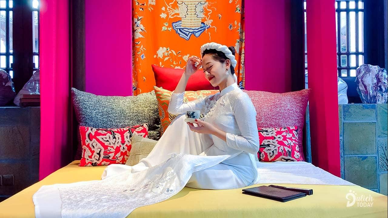 Khu vực giường với thiết kế màu sắc kiểu cổ điền mà không hề lòe loẹt