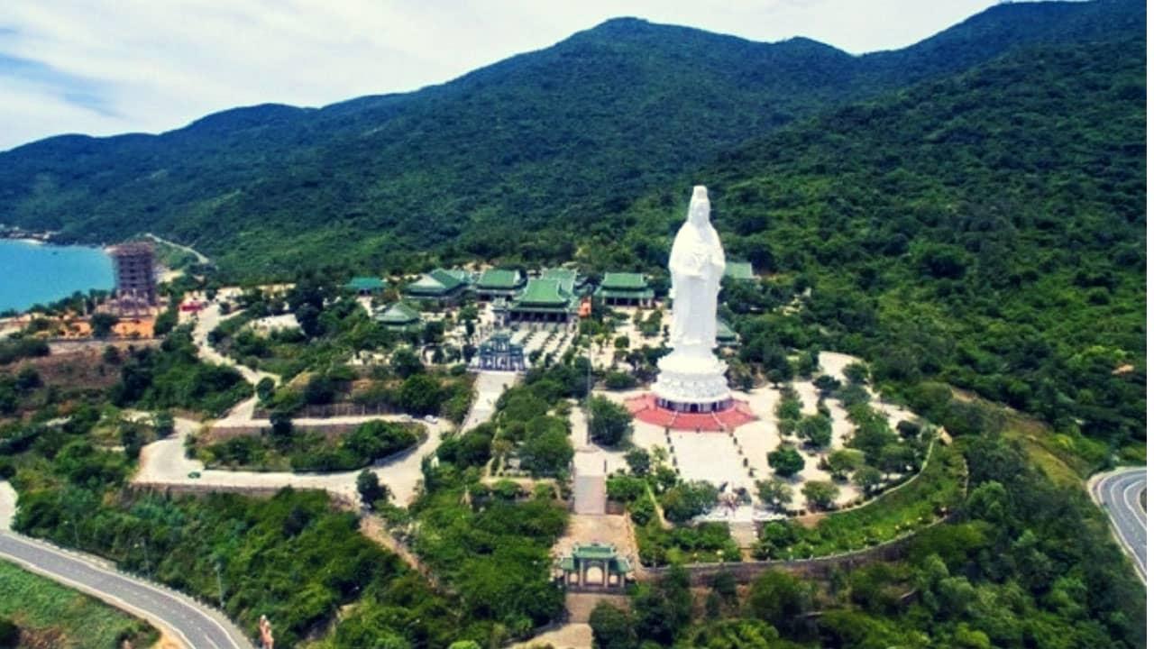 Chùa Linh Ứng nằm trên bán đảo Sơn Trà