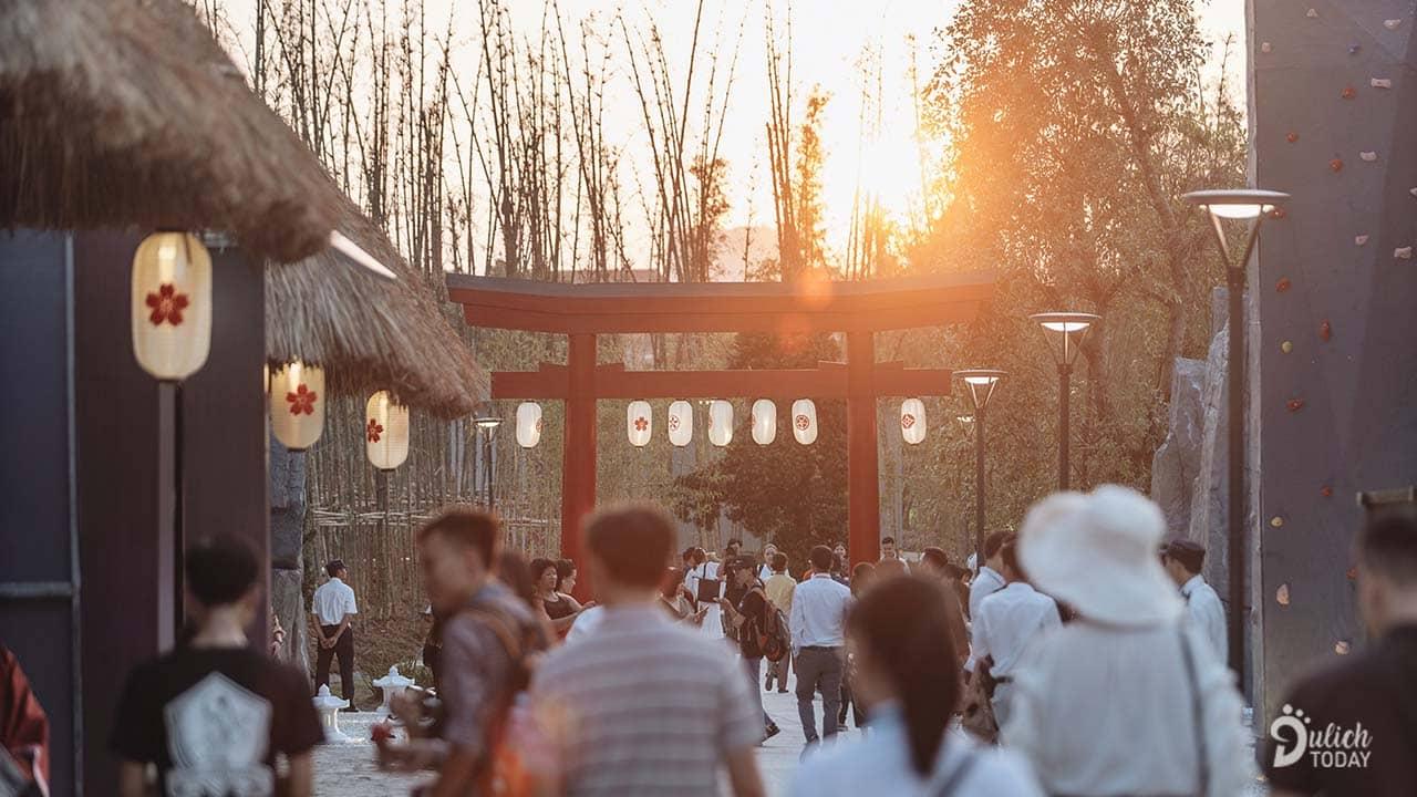 Buổi chiều hoàng hôn tại khu vườn Nhật mang đến không gian có màu sắc lãng mạn