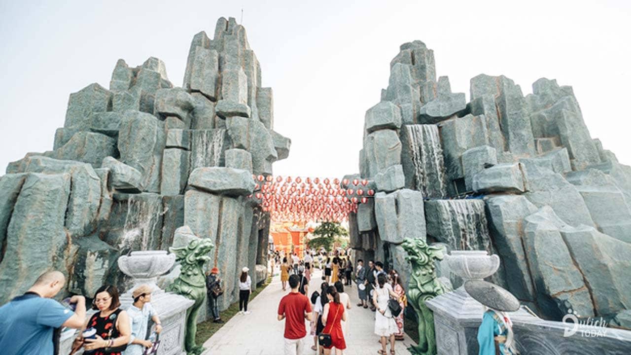Núi giả, thác đá cao 12m được làm từ đá cảnh quan nhập nguyên khối từ Nhật Bản và có nghệ nhân Nhật Bản giám sát thi công