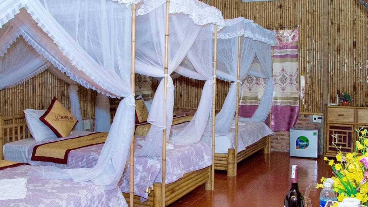 Phòng ngủ bằng tre tại River View Homestay