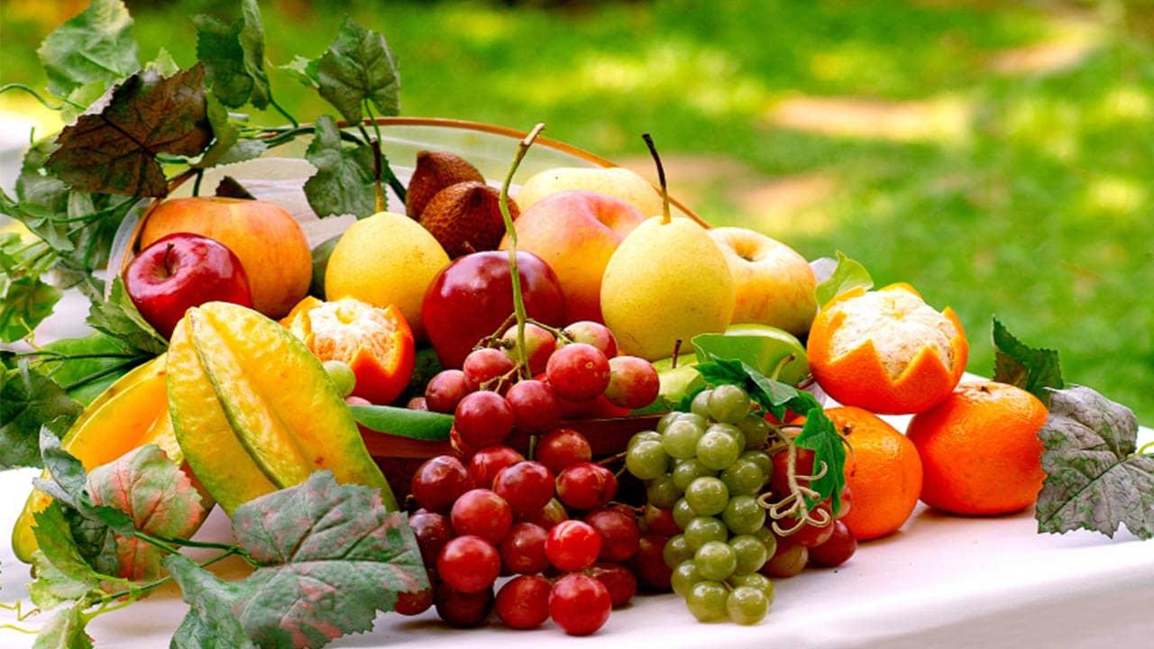 Lựa chọn các loại quả trong giỏ