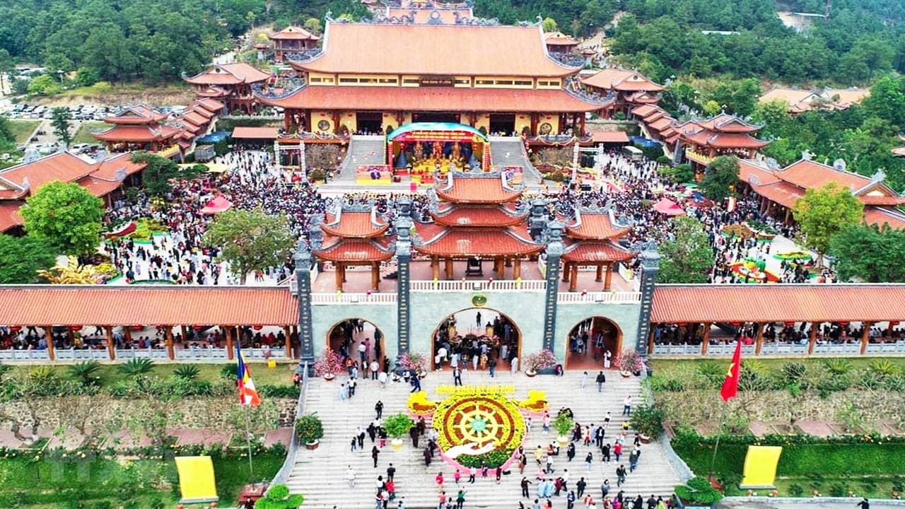 Không khí chùa Ba Vàng ngày Tết