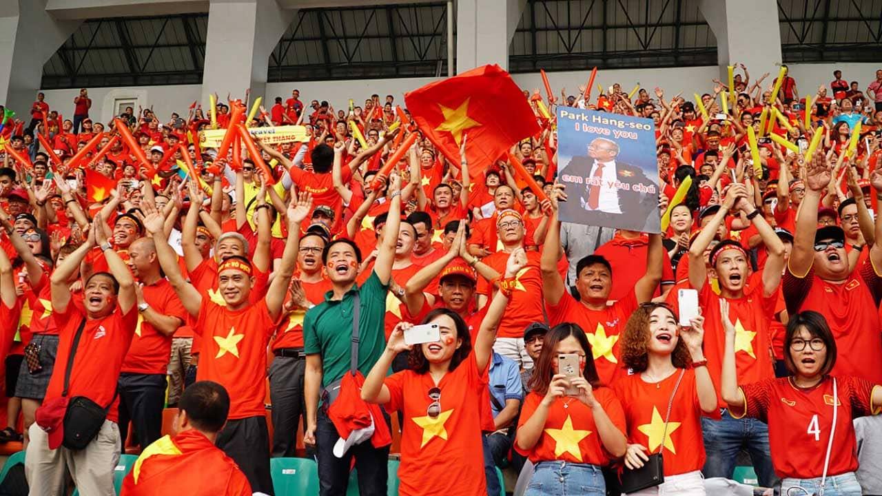 Người hâm mộ cổ vũ hết mình trong trận đấu của đội tuyển Việt Nam