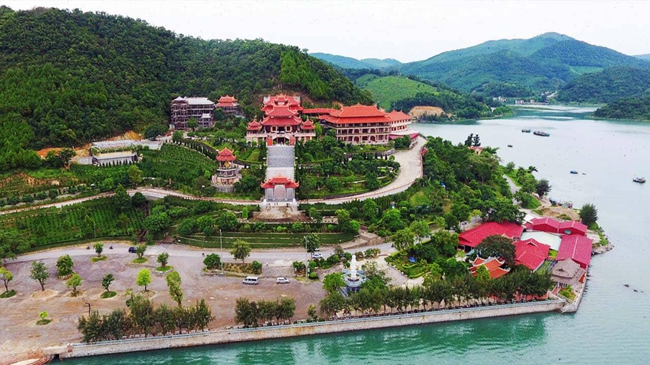 Chùa Cái Bầu Quảng Ninh gồm có chính điện, lầu chuông, lầu trống, cổng Tam Quan