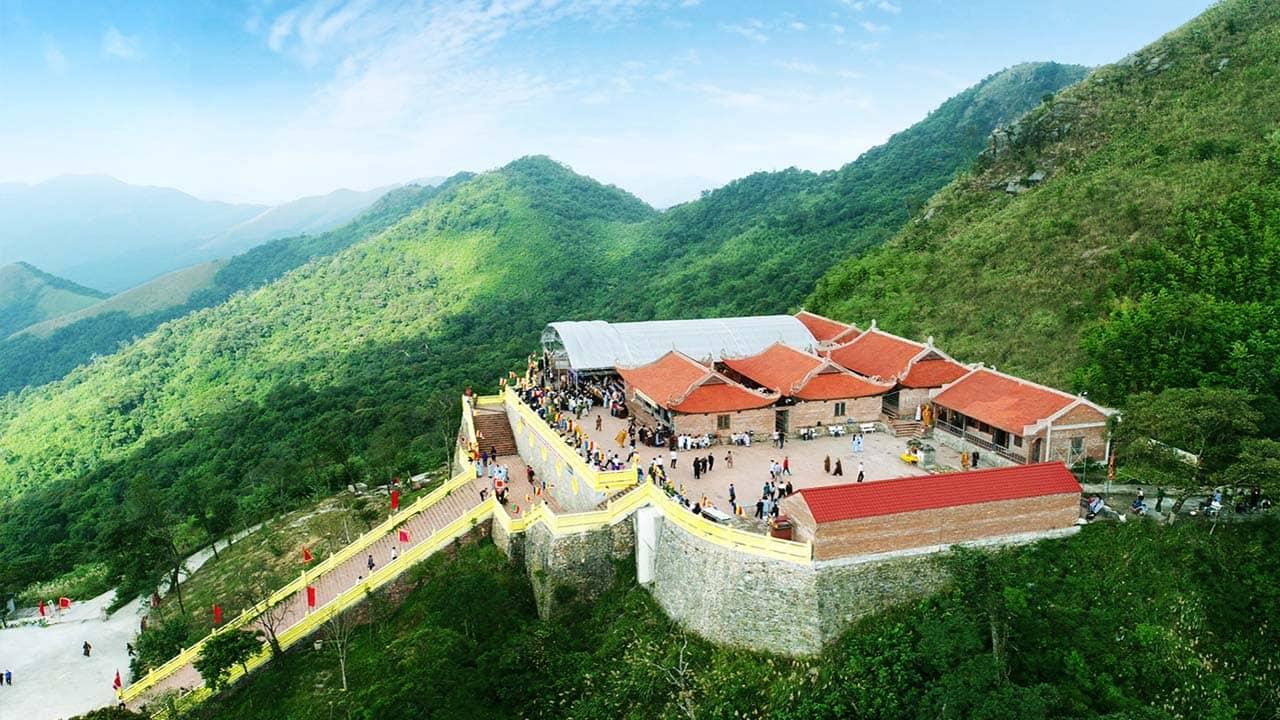 Chùa Ngọa Vân được xây dựng với kiến trúc chùa tháp lớn nằm trong quần thể Thiền Phái Trúc Lâm trên Yên Tử