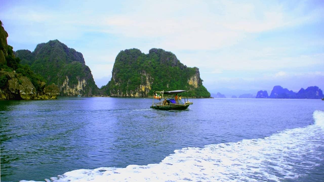 Di chuyển từ vịnh Hạ Long lên chùa Long Tiên