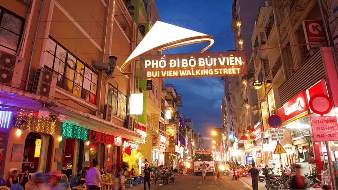 Phố đi bộ Bùi Viện là địa điểm valentine Sài Gòn đầy hấp dẫn