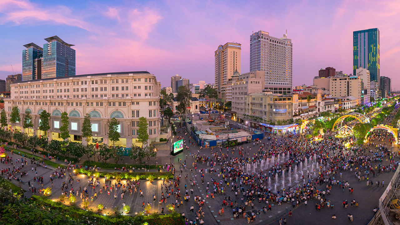 Phố đi bộ Nguyễn Huệ là địa điểm hẹn hò sôi động tại Sài Gòn