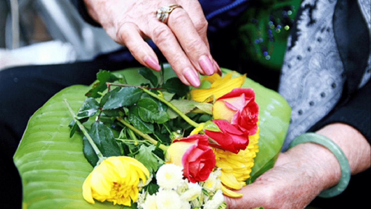 Hoa dùng để dâng lên Phật nên chọn hoa sen, hoa hồng, cúc, hoa mẫu đơn