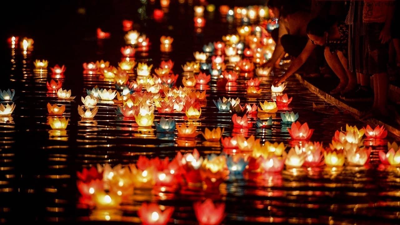 Thả đèn hoa đăng trong lễ hội Phật Đản tại chùa Long Tiên Hạ Long
